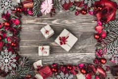 Верхушка, верхняя часть, осматривает сверху, декоративных высушенных, покрашенных лепестков цветка, расшивы, в стиле рождества, д Стоковые Фотографии RF