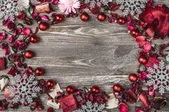 Верхушка, верхняя часть, осматривает сверху, декоративных высушенных, покрашенных лепестков цветка, расшивы, в стиле рождества Стоковое Изображение RF