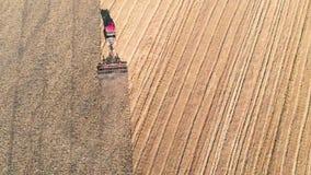 вершин Открыт автомобиль на дороге поля Конкуренция с дороги и пересеченной местности Корабли сафари на предпосылке дороги осени  сток-видео