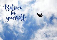 Верьте в себе Цитата мотивировки вдохновляющая на голубом небе с облаками и предпосылкой летящей птицы Стоковое фото RF