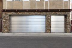 дверь гаража 3 автомобилей Стоковая Фотография RF