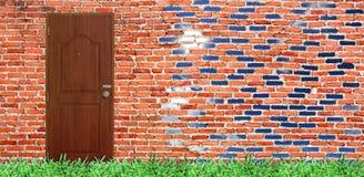 дверь на старой кирпичной стене с зелёной травой & ярким небом Стоковая Фотография RF