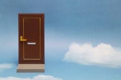 дверь новая к миру Близкая дверь на голубом солнечном небе с пушистыми облаками Стоковое Изображение
