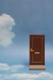 дверь новая к миру Близкая дверь на голубом солнечном небе с пушистыми облаками Стоковые Фото