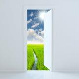 дверь открытая к полю красоты Стоковые Изображения RF
