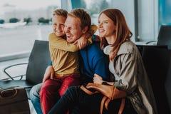 Веселая семья имеет потеху в аэропорте стоковые изображения rf