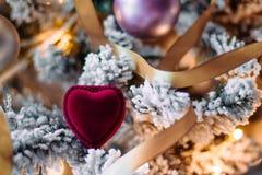 Веселое рождество дорогое - праздничный подарок для ее стоковое фото