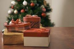 Веселое рождество и счастливые праздники Нового Года! Украшающ рождественскую елку внутри помещения Макрос или близкое изображени стоковая фотография rf