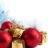 Веселое рождество, Новый Год, подарки в коробках золота, красные шарики рождества сложено в левом угле Белая предпосылка стоковое фото rf