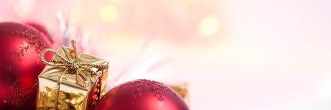 Веселое рождество, Новый Год, подарки в коробках золота, красные шарики рождества сложено в левом угле Белая предпосылка стоковые фотографии rf
