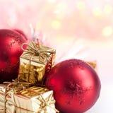 Веселое рождество, Новый Год, подарки в коробках золота, красные шарики рождества сложено в левом угле Предпосылка Bokeh стоковое фото rf