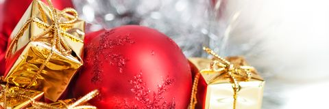 Веселое рождество, Новый Год, подарки в коробках золота, красные шарики рождества сложено в левом угле Белая предпосылка стоковое изображение rf