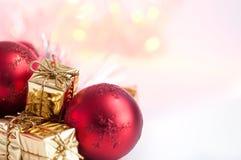 Веселое рождество, Новый Год, подарки в коробках золота, красные шарики рождества сложено в левом угле Предпосылка Bokeh стоковое изображение