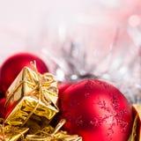 Веселое рождество, Новый Год, подарки в коробках золота, красные шарики рождества сложено в левом угле Предпосылка Bokeh стоковое фото