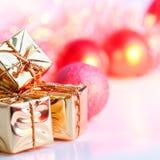 Веселое рождество, Новый Год, подарки в коробках золота, красные шарики рождества сложено в левом угле Предпосылка Bokeh стоковая фотография rf