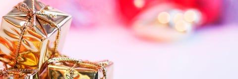 Веселое рождество, Новый Год, подарки в коробках золота, красные шарики рождества сложено в левом угле Предпосылка Bokeh стоковые изображения rf