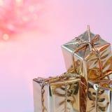 Веселое рождество, Новый Год, подарки в коробках золота, красные шарики рождества сложено в левом угле Предпосылка розова стоковое изображение