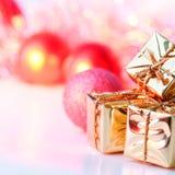 Веселое рождество, Новый Год, подарки в коробках золота, красные шарики рождества сложено в левом угле Предпосылка Bokeh стоковые изображения