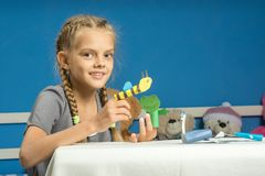 Веселые игры девушки в временном кукольном театре пальца стоковое фото rf