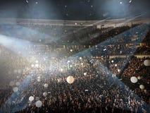 Веселя толпы на концерте стоковая фотография