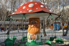 Весел-идти-круглый в форме гриба старого деда в парке привлекательностей покрытых с снегом Стоковое фото RF