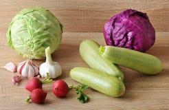 Весенний овощ установил - все головы капусты, цукини, редиски Стоковые Фото