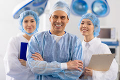 Веселая бригада хирургов в операционной Стоковое Изображение