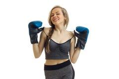 Веселая горячая девушка спорта представляя в студии в перчатках бокса Стоковое Изображение RF