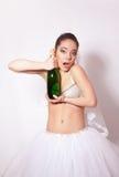 Веселая невеста с бутылкой шампанского в руке стоковые изображения rf