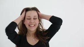 Веселить привлекательной девушки подростка выигрывая и joying на белой предпосылке движение медленное видеоматериал