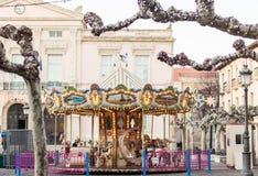 Весел-идти-круглая карусель carousel на зиме справедливой перед Стоковое Изображение RF