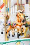 Весел-идти-круглые ретро лошади carousel покрытые с Стоковая Фотография RF