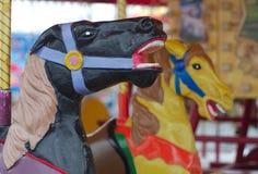 Весел-идти-круглыми цвета carrousel античными покрашенные лошадями Стоковое Изображение RF