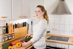 Веселые овощи вырезывания кухни женщины Стоковая Фотография