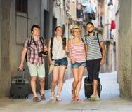 Веселые туристы совместно идя на улицу Стоковые Фото