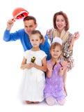 Веселый шаловливый папа мамы семьи и 2 дочери стоковые фото