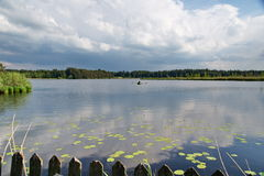 Весельная лодка в середине озера в allgäu Германии Стоковое Изображение RF