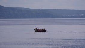 Весельная лодка на реке видеоматериал