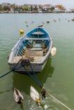 Весельная лодка плавая на побережье Тосканы, Италии Стоковое Изображение RF