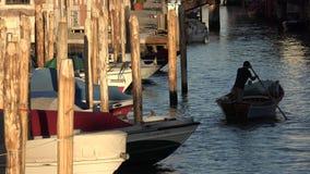 Весельная лодка человека в канале Стоковая Фотография RF