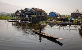 Весельная лодка людей на озере инкрустаци в Шани, Мьянме Стоковое Изображение RF