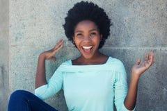Веселя Афро-американская женщина в салатовой рубашке Стоковое Фото