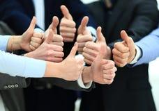 Веселя бизнесмены держа много больших пальцев руки больших пальцев руки вверх Стоковые Изображения