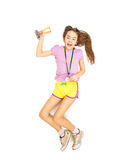 Веселя девушка скача высоко с золотой медалью и чашкой Стоковые Фотографии RF