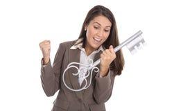 Веселя изолированная женщина держа ключевой для ее дома в руках Стоковое фото RF