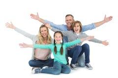 Веселя семья при 2 дет сидя на поле Стоковые Фотографии RF