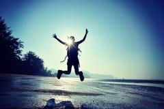 Веселя скакать hiker молодой женщины Стоковые Изображения