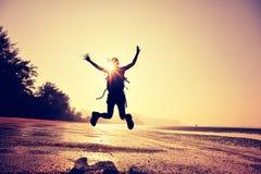 Веселя скакать hiker молодой женщины Стоковые Фото