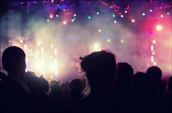 Веселя толпа перед этапом освещает - ретро фото стоковое изображение rf