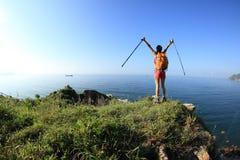 Веселя hiker молодой женщины раскрывает оружия на горе взморья Стоковое Изображение RF